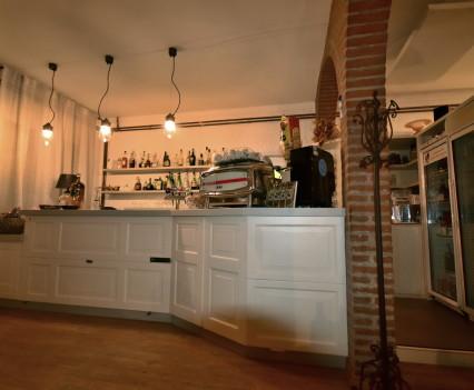 """Arredamento ristorante """"La Riserva del Re"""" (Casina, RE). GB Arredamenti ha curato la realizzazione del bancone bar."""
